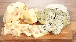 Jak udělat domácí sýr z mléka a tvarohu? Máme úžasný recept!
