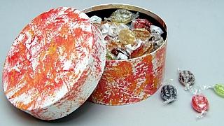 Jak udělat dárek s patinou: originální květináč akrabička na bonbony