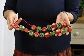 Barevný náhrdelník, vyrobený technikou plstění