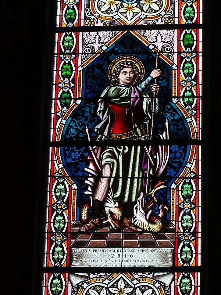 vitráže jsou bohatě zdobené malbou a leptanými detaily