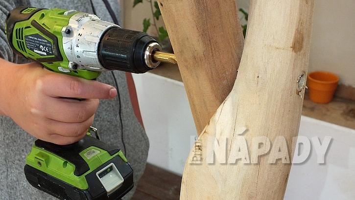 Jak vyrobit stojan na šaty z větví: vrtákem provrtáme horní křížení stojin