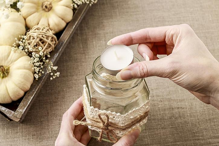 Do skleniček umístíme svíčku