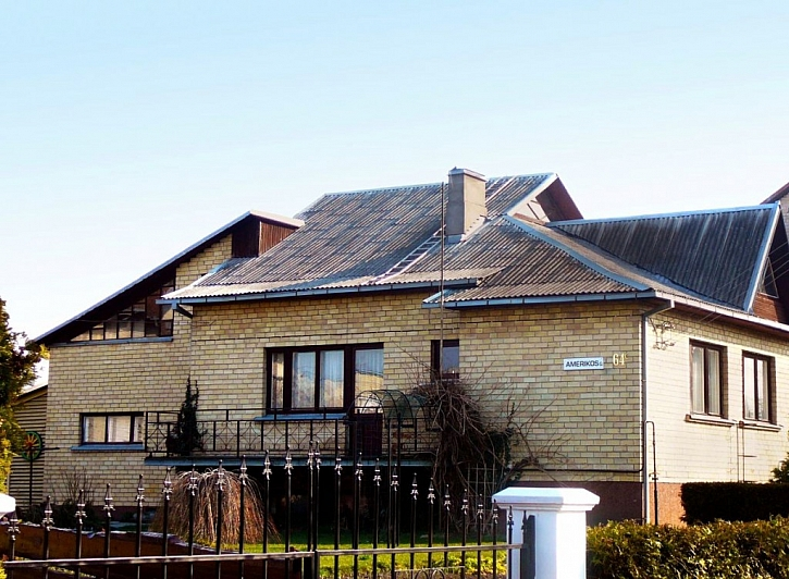 PŘED rekonstrukcí strará střecha z vlnitých azbestocementových desek.
