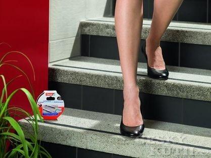 Protiskluzová páska aneb bezpečněji po schodech