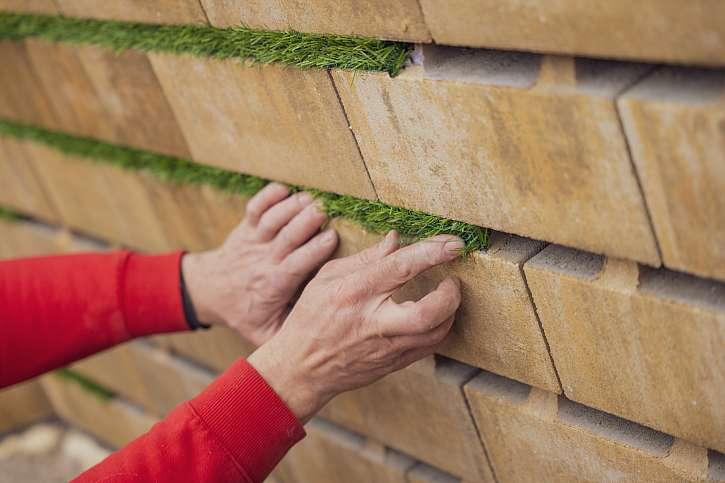 Lepení umělého trávníku do mezer mezi dlažbou