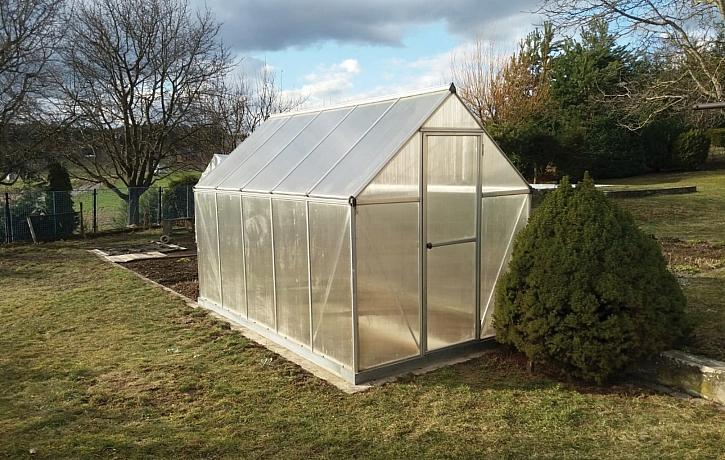 Nejvhodnějším materiálem pro skleník jsou dutinkové polykarbonátové desky (Zdroj: PAMA, a.s.)