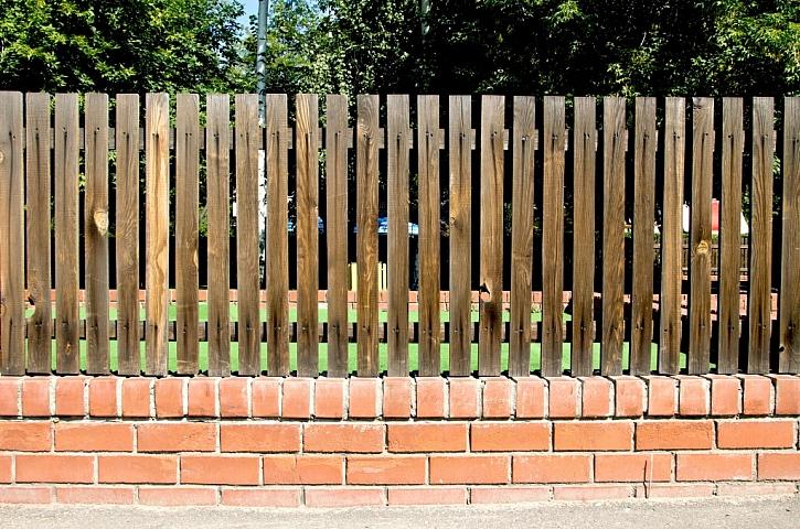Dřevěný plot brzy zešedne a vyžaduje každoroční natírání