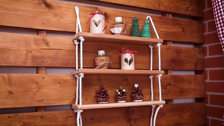 Jednoduchou poličku si můžete vyrobti z prkna a provazu (Zdroj: Prima DOMA)