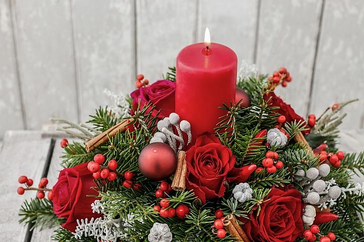 Zapálená svíčka ve svícnu
