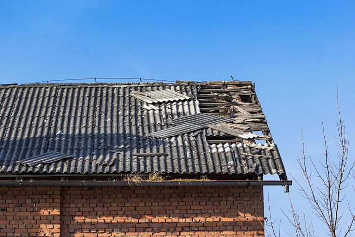 Zbavte se nebezpečné eternitové střechy co nejdříve