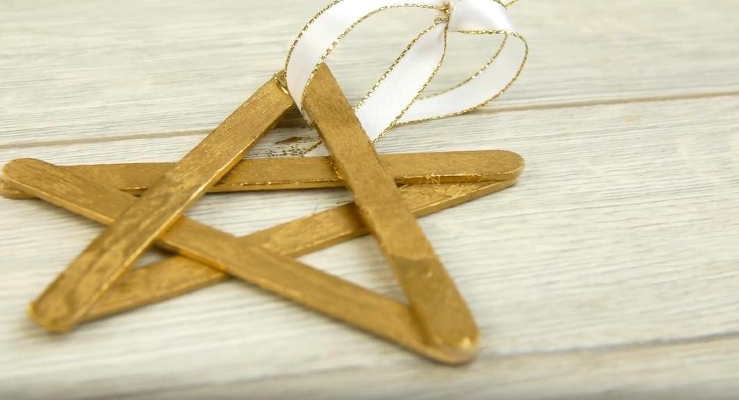 Zlatá hvězda na stromek z dřívek od nanuků