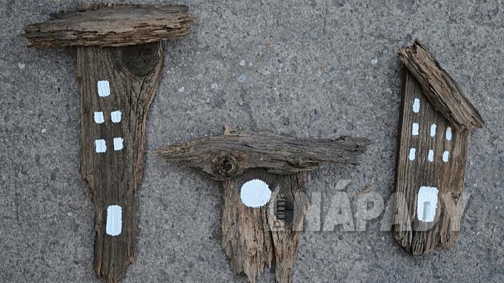 Domečky ze starého dřeva: bílou barvou namalujte okna a dveře