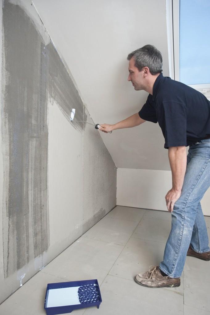 Před vlastním lepením keramických obkladů na stěny a před položením dlažeb na podlahu je potřeba nanést na povrch desek vhodný penetrační nátěr. Ty nabízejí výrobci lepidel pro obkladové materiály jako součást uceleného systému.