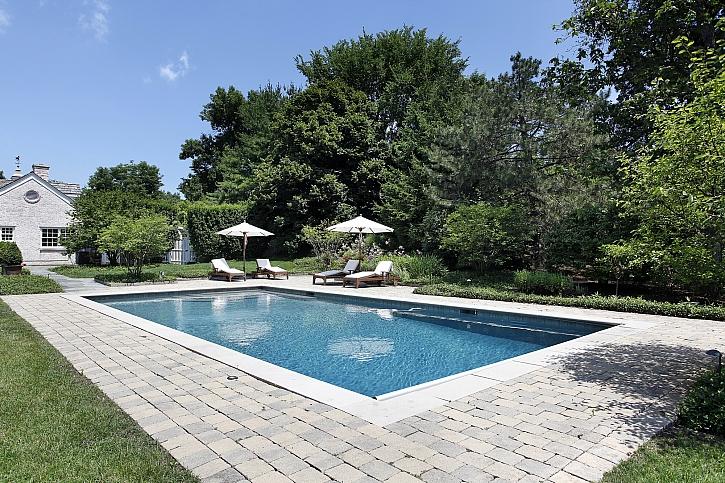 Jak si poradit s úpravou okolí nadzemního bazénu (Zdroj: Depositphotos)