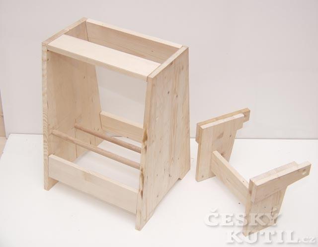 Stolička s výklopným stupínkem