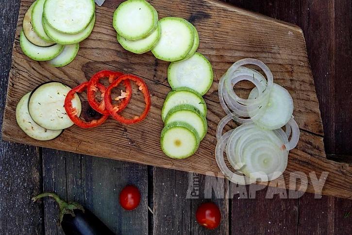 Ratatouille z cukety, lilku, papriky a rajčat: nakrájejte zeleninu