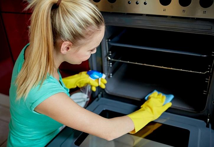 Troubu vyčistíte směsí prášku do pečiva, vody a octa. Vzniklá kašička uvolní zaschlou mastnotu. (Zdroj: Depositphotos)