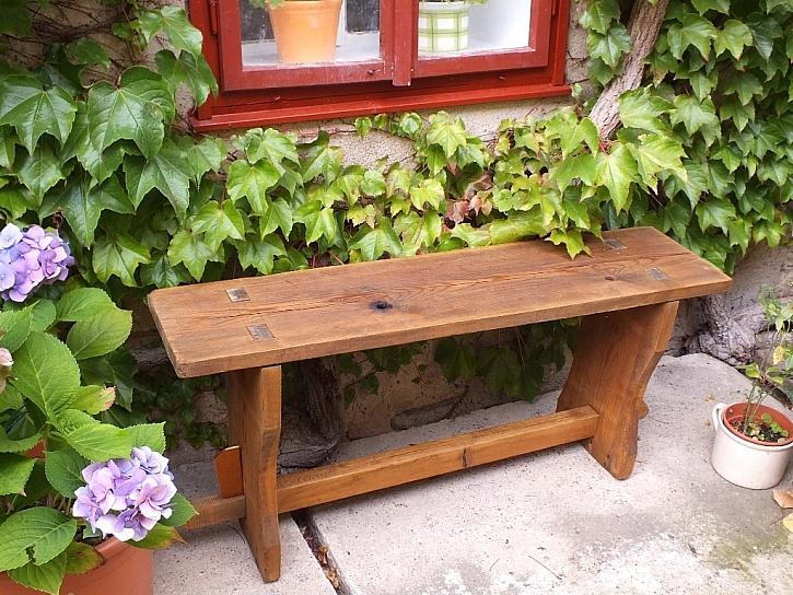 Zrenovovaná lavička z dob našich babiček