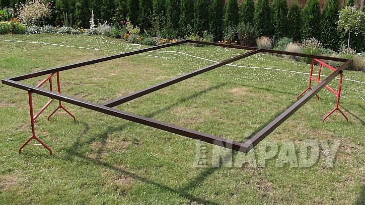 Zastřešená pergola: rám střechy tvoří kovový rám