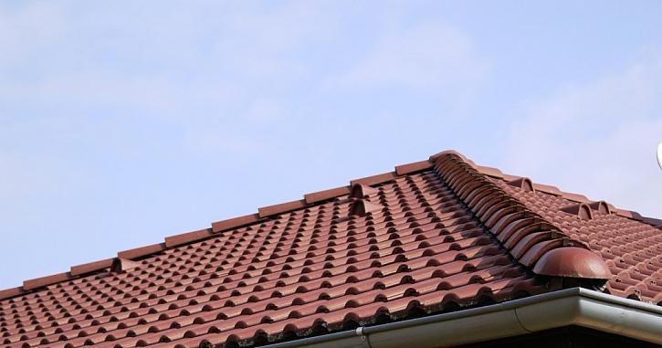 Jak si snadno na střeše vyměnit poškozený hřebenáč