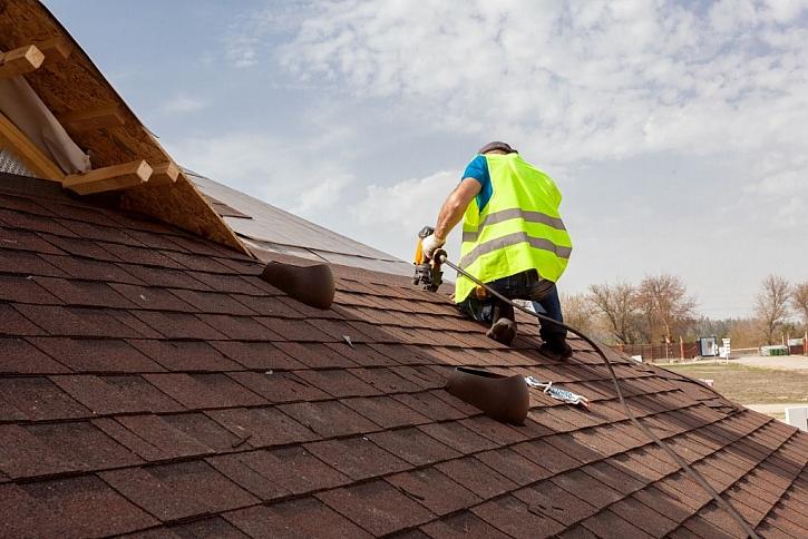 Pro práci na střeše je vhodné zde nainstalovat bezpečnostní prvky - háky či nášlapné tašky