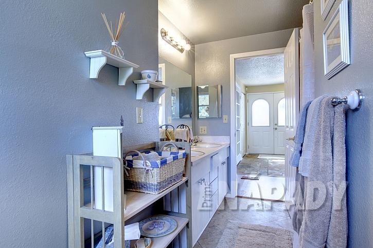 Úložné prostory v koupelně můžeme vhodně doplnit o různé druhy boxů a doplňků (Zdroj: Depositphotos.com)