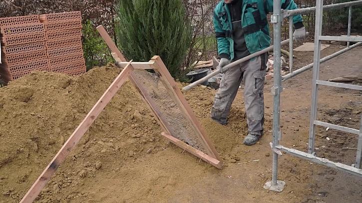 Než se ozve zima, aneb na staveništi řemeslníci pracují na řadě drobností