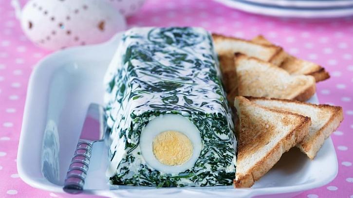 Recept na jarní vaječnou tlačenku se špenátem a kopřivami