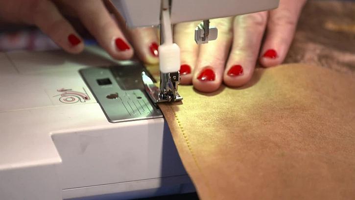 Šití kůžopapíru na stroji