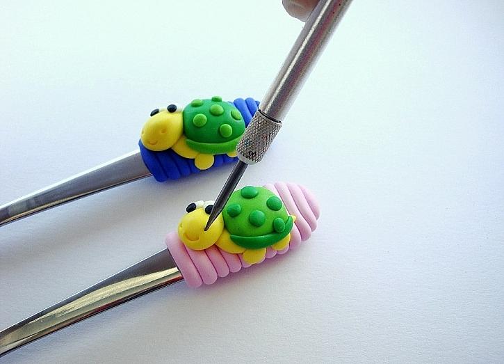 Zdobení lžičky FIMO hmotou – želvičky