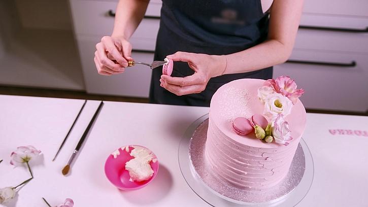 Hanka dort zdobí makronkami