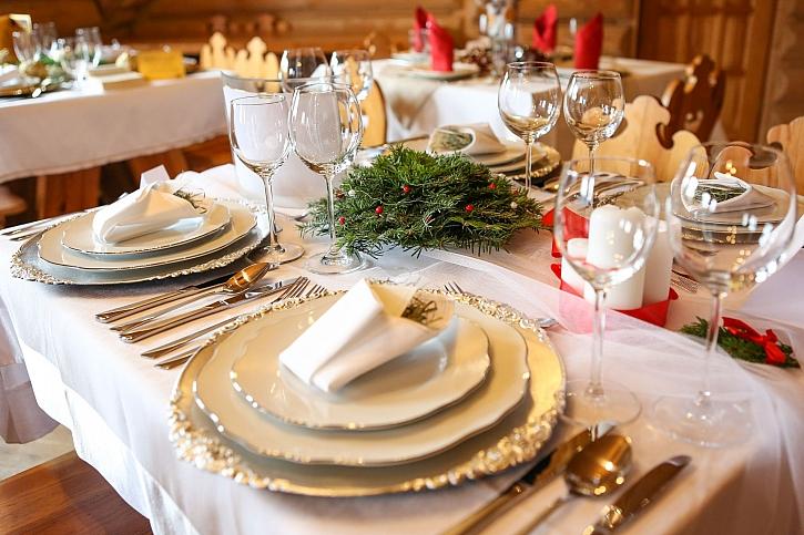 Slavnostně nazdobený stůl je začátkem pohoštění na Vánoce (Zdroj: Depositphotos)