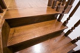 Dřevěné schodové nášlapy: porovnali jsme smrk, dub, jasan a modřín
