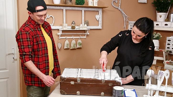 Patinování starého kufru: nejprve kufr natřeme vintage mediem