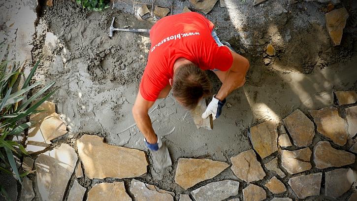 Pepa vyrábí kamennou dlažbu pod pergolou