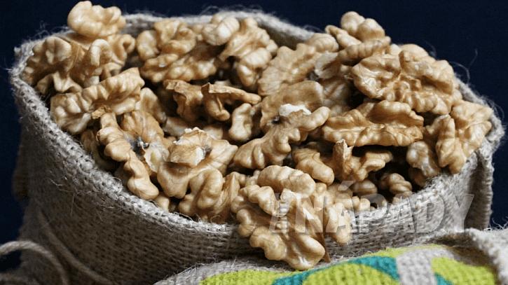 Jak skladovat vyloupaná jádra vlašských ořechů: uzavřené sklenici či sáček s ořechy dejte na suché, chladné a temné místo