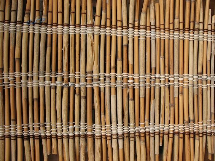 Nejlevnějším způsobem zastínění může být použití bambusové rohože