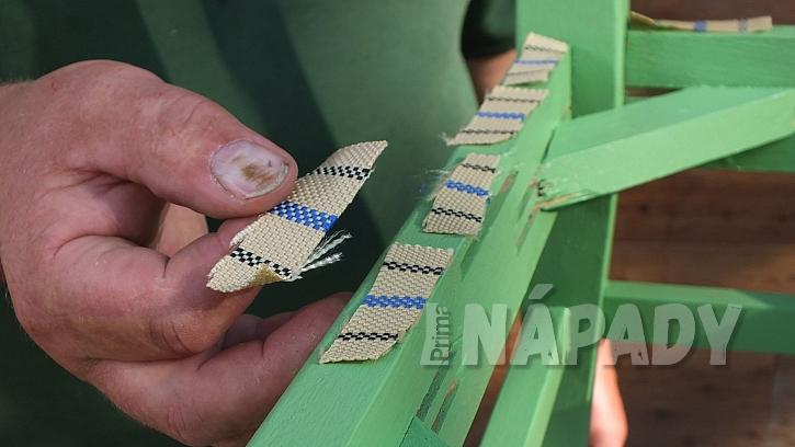 Křesílko ze staré židle: kousky tkalounu položíme na rám sedáku
