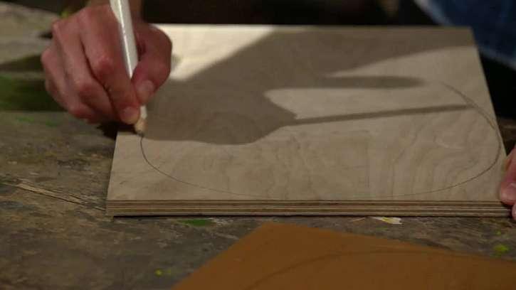 Nakreslení tvaru stolečku na překližku.