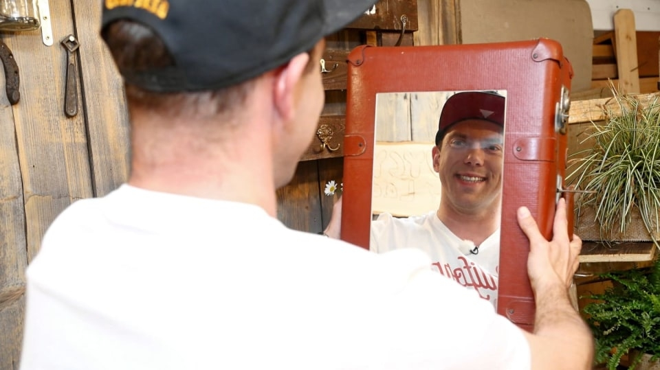 Zrcadlová skříňka do koupelny ze starého kufru