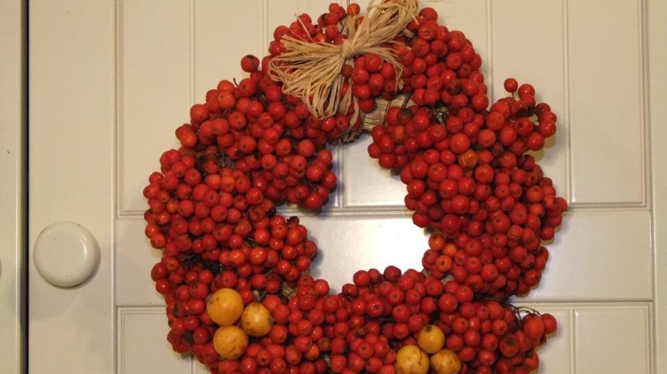 Věneček a koule z jeřabin: Podzimní dekorace na vchodové dveře