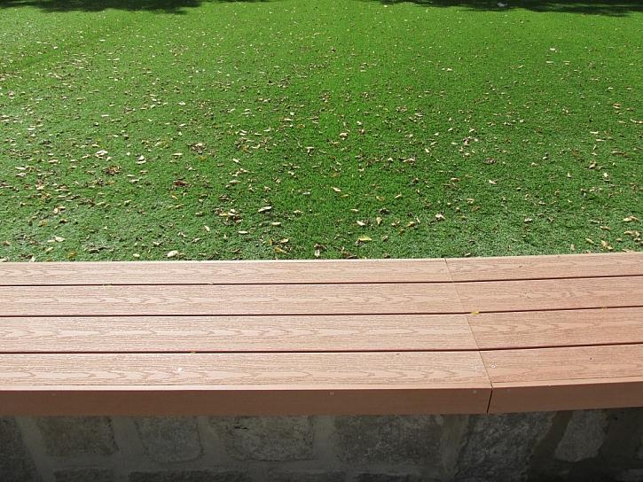 Jednoduchá lavička z terasových prken