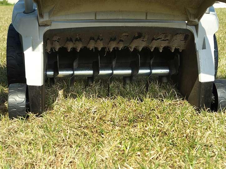 Provzdušňování trávníku pomůže zlepšit jeho kvalitu