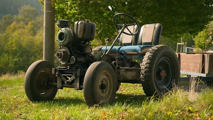 Kutil si vyrobil plně funkční traktor