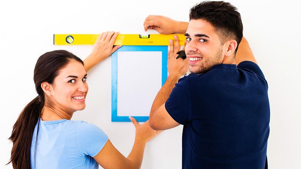 Jak pověsit obrázek na stěnu: Nejlépe to zvládnete ve dvou