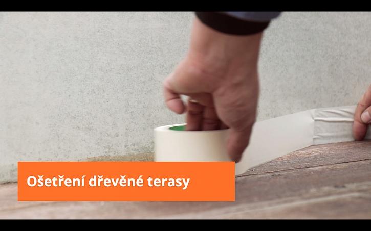 Před natřením terasy novým nátěrem je potřeba zamaskovat okolní zeď.