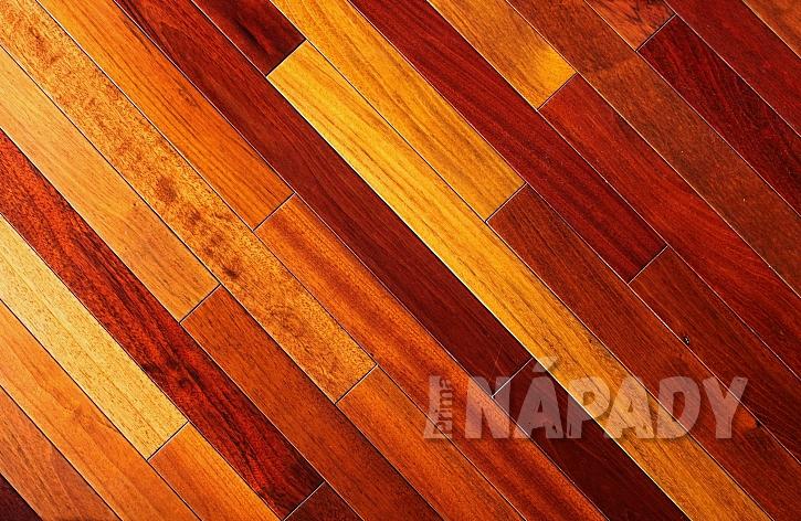 Dřevěná podlaha s krásnou texturou
