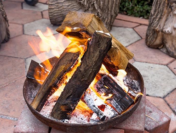 Venkovní ohniště v kovové nádobě zajistí větší bezpečnost