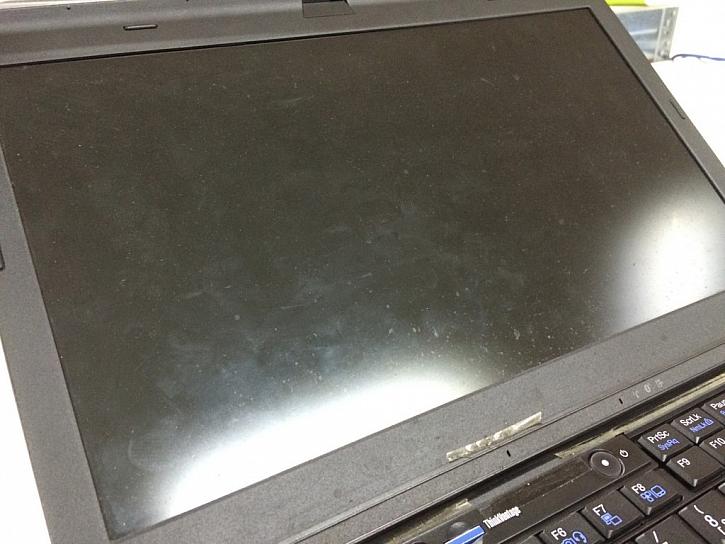 Stejně tak obrazovka, takové počítače se do prodeje nedostanou.