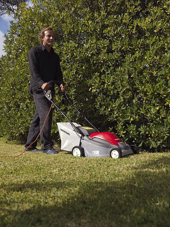 I malý trávník si zaslouží profesionální přístup elektrické sekačky HONDA.